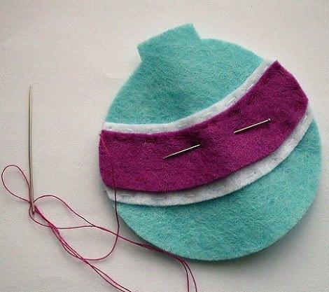 coser bolas de fieltro para el árbol de navidad