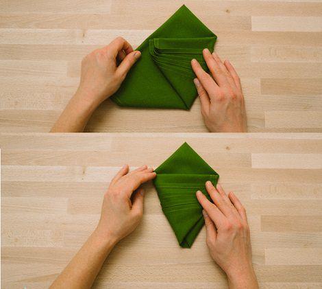 servilleta con forma de árbol para decorar la mesa de navidad cruzar