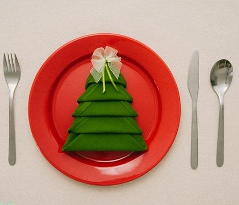 servilleta con forma de árbol para decorar la mesa de navidad